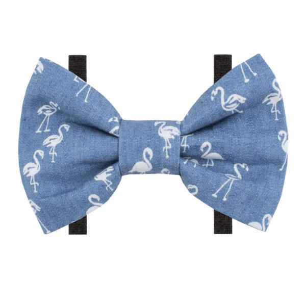 Strikje voor honden in jeansstof met print van flamigo's. Het strikje is voorzien van een 2 velcro bandjes aan de achterzijde om gemakkelijk te bevestigen aan de halsband van uw hond of kat. Monsieur Beaux - Bandana's en strikjes voor huisdieren.